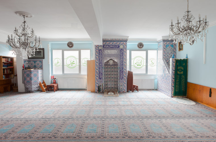 Gebetsraum der Ahmed Yesevi Moschee Dortmund-Nordstadt gegründet 1976. / Prayer room of the Ahmed Yesevi Mosque Dortmund-Nordstadt founded in 1976.
