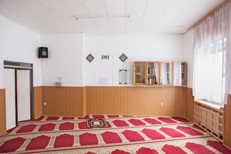 Gebetsraum der Darussalam Moschee Dortmund-Nordstadt gegründet 1978. / Prayer room of the Darussalam Mosque Dortmund-Nordstadt founded in 1978.