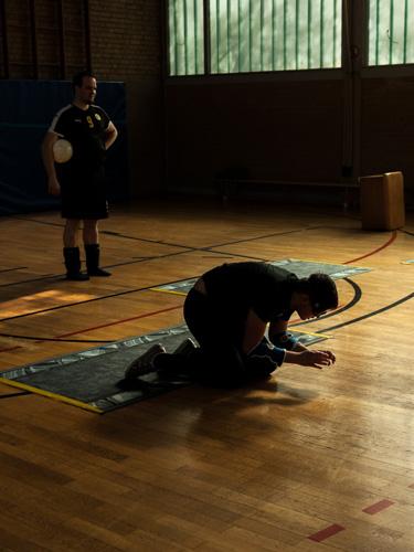 Ein Torball-Spieler lauscht und konzentriert sich auf die Ballgeräusche.