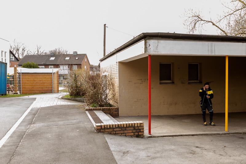 Eine Torball-Spielerin wartet während einer Pause vor der Trainingshalle.