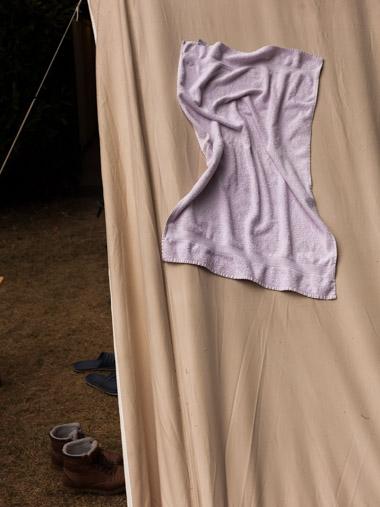 Ein Handtuch wurde zum Trocknen auf ein Zelt gelegt. / A towel was put on a tent to dry.