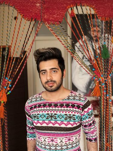 Portrait von Baziar (28) in seiner Wohnung in Teheran. Baziar ist Sänger und träumt davon eines Tages am Broadway zu singen. / Portrait of Baziar (28) in his apartment in Teheran. Baziar is a singer and dreams of singing on Broadway one day.