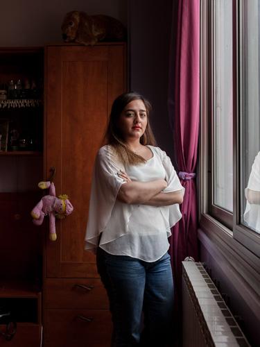 Hodahr (24) in ihrem Zimmer in Teheran. Hodhar ist Architektin und hat den Iran im April 2019 verlassen um mit ihrem Freund in Brüssel zu leben. / Hodahr (24) in her room in Tehran. Hodahr is an architect and left Iran in April 2019 to live with her boyfriend in Brussels.