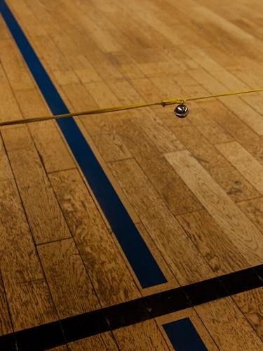 Ein Glöckchen das an einer über das Spielfeld gespannten Leine besfestigt ist. Berührt der Ball die Leine beim Torball, bdeutet das einen Strafstof für den Gegner.