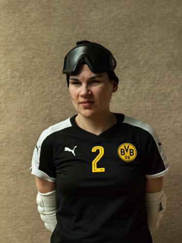 Portrait der Torball-Spielerin Janine. Mitglied der Damentorballmannschaft des BVB.